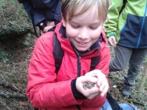 Schüler mit frosch